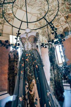 fwspectator: Valentino Haute Couture - Mode Trend - New Ideas Valentino Couture, Valentino Dress, Gucci Gown, Valentino Women, Pretty Dresses, Beautiful Dresses, Style Haute Couture, Haute Couture Gowns, Couture Makeup
