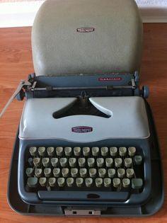 """Alte Schreibmaschine Triumph """"Gabriele"""", gut erhalten und funktionstüchtig im Hartschalenkoffer"""