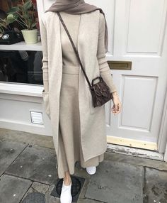 Discover recipes, home ideas, style inspiration and other ideas to try. Modern Hijab Fashion, Hijab Fashion Inspiration, Muslim Fashion, Modest Fashion, Fashion Edgy, Fashion Black, Street Fashion, Hijab Casual, Hijab Chic