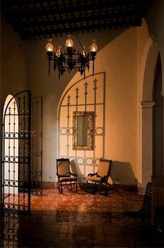 Puertas de rejas que den seguridad y control de acceso a areas privadas sobre todo de noche y permitan ventilación son una gran solución.