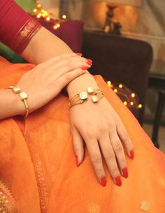 'Designer pulseiras & Bangles s Gold Diamond Earrings, Diamond Bracelets, Gold Bangles, Bangle Bracelets, Kundan Bangles, Tiffany Bracelets, Black Bracelets, Diamond Studs, Diamond Rings