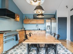 A blue kitchen with a chic industrial style - openk Sweet Home, Boho Bedroom Decor, Narrow Kitchen, Kitchen Living, Interior Design Kitchen, Home Renovation, Industrial Style, Kitchen Cabinets, House Design