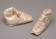 Pair of late century baby shoes. Silk taffeta with pink embroidery. courtesy of The De Young museum, San Francisco CA 1800s Clothing, Antique Clothing, Historical Clothing, Vintage Shoes, Vintage Accessories, Vintage Outfits, Vintage Fashion, Vintage Couture, Childrens Shoes
