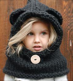 Белокурая девочка в вязаном шлеме с ушками мишки