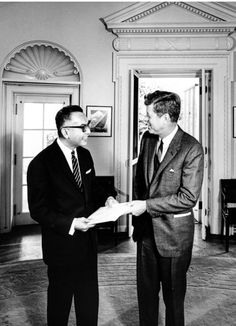 1962. 29 Octobre. 12:15pm. President Kennedy met with Amelito Mutuc in the Oval Office. Mutuc was the newly appointed Philippine Ambassador to the United States and was visiting the White House to present his diplomatic credentials to the president. The door open in the background leads out to the Rose Garden. Also present but not in the frame were Angier Biddle Duke (White House protocol officer); David Waters (Department of State); and James Bell (Department of State). Par Abbie Rowe