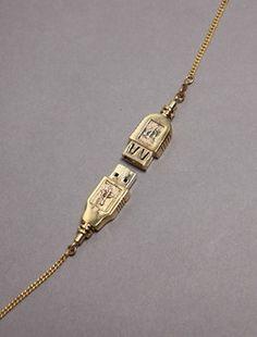 USB Schmuckstück,    Wir kennen USB-Sticks als Brosche, Goldbarren und Anhänger für eine Halskette. Die Schmuckdesigner haben sich darüber bereits ausgelassen und diverse Speichergrößen in Ihren Schmuckstücken verpackt. Hier hat ein Schmuckdesigner aber mal den praktischen Nutzen des USB-Steckers entdeckt: Er nutzt ihn nicht als Schmuckstück sondern als Verschluss an einer Halskette. Okay...kein USB-Gadget ...weiter in unserem USB-Gadget Blog   http://www.memtronic.de/memtronic-usb-blog/
