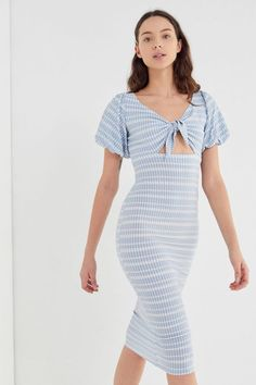 94896f6976421 Slide View: 1: UO Picnic In The Park Crinkle Tie-Front Midi Dress