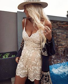how to look boho chic wearing lace summer romper Hot Summer Outfits, Spring Summer Fashion, Fall Outfits, Cute Outfits, Summer Chic, Summer Beach, Look Boho Chic, Bohemian Schick, Boho Fashion