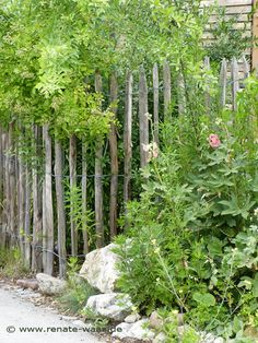 Einfacher Zaun im Landhausstil - auch für den Bauerngarten