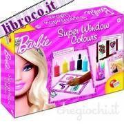 Barbie Super Window Colours.  Ecco un maxi kit per realizzare tante creazioni nel mondo di Barbie! Nella scatola c'è tutto l'occorrente: una guida con suggerimenti e istruzioni; gli speciali colori per le vetrofanie e le illustrazioni da ricalcare, che permettono di realizzare i disegni da attaccare e staccare per effetto elettrostatico, pennarelli e carta speciale per creare un portafoto, un portapenne e un simpatico acquario per decorare la cameretta!  Prezzo 15,76 €  Offerta Ebay 14,18…