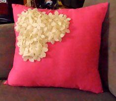 Bir tarafı çiçeklerle kuşatılmış dekoratif yastık modeli