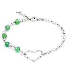 Pulsera Tú y Yo de Plata de Ley con corazón, cadena y Ágata verde engarzada a mano. Cierre y cadena extensora en Plata de Ley.