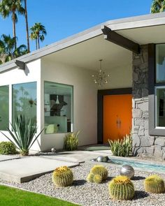 Love the orange door! Photography by Lance Gerber This mid-century beauty in the Vista Las Palmas neighborhood of Palm Springs was designed by architect… Design Exterior, Modern Exterior, Exterior Colors, Mid Century Modern Design, Modern House Design, Mid Century Modern Home, Mid Century Modern Furniture, Style Palm Springs, Maison Eichler