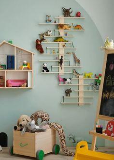 Uma selva dentro do quarto. Ikea Portugal, Bookcase, Shelves, Home Decor, Ikea Home, Baby Room Girls, Baby Boys, Quartos, Shelving