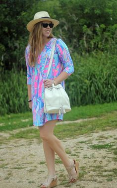 Lilly Pulitzer Ali dress in Bay Blue Out To Sea, white bucket bag, panama hat…