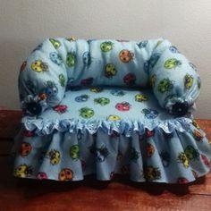 Peso de porta sofá em feltro Miniature Furniture, Doll Furniture, Accessoires Barbie, Flower Tower, Decoupage Box, Couture, Covered Boxes, Cushions On Sofa, Barbie Dolls