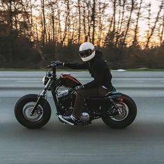 @mattkennelly spends some time behind bars on his Forty-Eight. Post up your #FortyEight and tag @harleydavidson. Who will rise to the top? #RollYourOwn