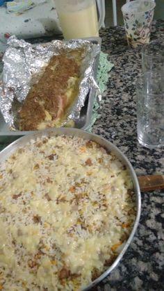 Arroz temperado - Damaris  Frita a calabresa e a carne moída, coloca o milho e a cenoura ralada e tempera o arroz cozido, coloca uma parte na travessa coloca fatia de mussarela, coloca o restante do arroz e cobre com mussarela, e só colocar no forno.