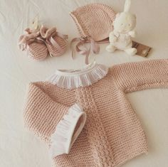 Labores bebé Knitting For Kids, Baby Knitting Patterns, Baby Patterns, Knit Baby Sweaters, Knitted Baby Clothes, Cardigan Bebe, Baby Cardigan, Crochet Baby, Knit Crochet