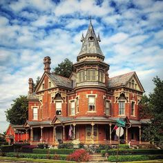 1888 / Hornibrook Mansion / Little Rock (Arkansas) Victorian Architecture, Classical Architecture, Beautiful Architecture, Beautiful Buildings, Beautiful Homes, Old Mansions, Mansions For Sale, Abandoned Houses, Old Houses