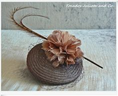 tocado con flores Facinator Hats, Fascinator Diy, How To Make Fascinators, Turban, Classic Hats, Feather Hat, Crazy Hats, Millinery Hats, Mad Hatter Tea