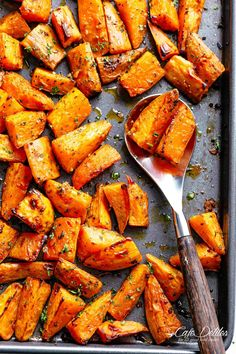 Easy Roasted Sweet Potatoes with only 5 ingredients! Easy Roasted Sweet Potatoes with only 5 ingredients! Good Sweet Potato Recipe, Sweet Potato Oven, Mashed Sweet Potatoes, Oven Roasted Sweet Potatoes, Chicken With Sweet Potatoes, Dinner With Sweet Potatoes, Sweet Potato Mash, Recipes With Sweet Potatoes, Vegetarian