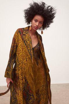 ABRIGO LARGO ESTAMPADO - Ver Todo-ABRIGOS-MUJER | ZARA Colombia Turkish Fashion, Boho Fashion, Print Jacket, Zara Women, Boho Outfits, Wrap Dress, Street Style, How To Wear, Jackets