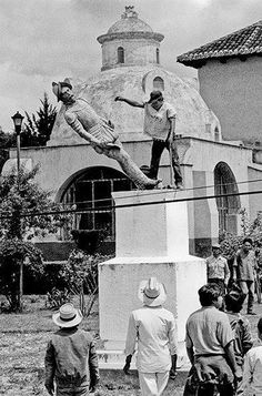 Statue of Hernan Cortes topples in San Cristobal de las Casas, Chiapas, Mexico | Photo via Teri New Di