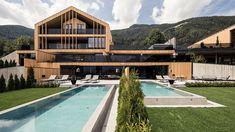 Purmontes, das Private Luxury Chalet, ist ideal für alle Individualisten mit höchsten Ansprüchen an ihr Urlaubsdomizil. Sustainable Architecture, Interior Architecture, Hotels, South Tyrol, Private Pool, Holiday Destinations, Jacuzzi, Weekend Getaways, Exterior Design