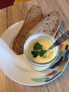 Diese super schmackhafte Eiercremeist nicht nur für Vegetarier etwas.Dieser Brotaufstrich ist mir oftmals lieber als eine Scheibe Wurst auf dem Brot. Zumal sie auch toll für die Grillsaison als Dip geeignet ist. Zutaten: 2hartgekochte Eier 1/2rote Paprika 2 Stiele PetersilieoderSchnittlauch 2ELCreme fraiche light oder Miracle Wip 1 TL Senf SalzundPfeffer  Zubereitung: Um diese Eiercreme …