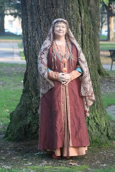 A recreation of early medieval Merovingian clothing for women, almost certainly for noble women or others with a leisurely lot. Anglo Saxon Clothing, Viking Clothing, Viking Garb, Viking Dress, Medieval Costume, Medieval Dress, Medieval Life, Medieval Fantasy, Historical Costume