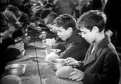 """Cosa ci hanno lasciato"""" di Grazia Nardi Vocabolario domestico Nu fa e sfazèd    Trad. non essere maleducato. Sfacciato.. era la raccomandazione anzi il monito ai bambini che soprattutto fuori casa dovevano mantenere un contegno riservato.. fino al punto che quando ci veniva offerto qualcosa un dolcetto qualunque la risposta di rito doveva essere : no grazie o la merenda: no grazie ho già mangiato.perchè dicevano i nostri genitori si nà i dis ca sì sfamèd e chè a chèsa an vè dém da magnè.. E…"""