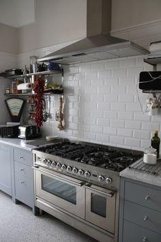 linoleum con mattonelle x cucina : cucina bianca top scuro piastrelle. cucina con parquet e isola con ...