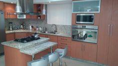 """Hermosa cocina de formica color """"Cerezo"""" y tope de granito """"Giallo Ornamental"""" #decovicmaca #decoracion #diseño #cocinas #topes #hogar #Maracay #Valencia #Caracas #Venezuela"""
