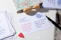 Einen Liebesbrief per Post zu veschicken wirbelt romantische Stimmung in der Luft auf. Genau dieses Gefühl gebt ihr an eure Gäste weiter, wenn sie diese Hochzeitseinladungen in den Händen halten – der Luftpost-Look! Die Karten mit den rot-weiß gestreiften Rändern sprühen vor Weltentdeckungen, Abenteuer und Reisefieber. Save the Date-Karte aus dem Luftpost-Design