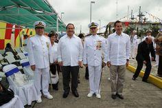 El gobernador Javier Duarte de Ochoa acompañado de miembros de la fuerza naval durante la Ceremonia de Entrega de Mando de Armas de la Fuerza Naval del Golfo y Primera Región Naval