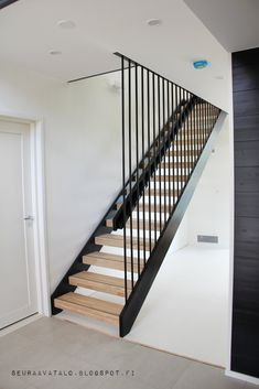 Idea for staircase Loft Staircase, Staircase Railings, Stairways, Modern Hall, Modern Stairs, French Provincial Home, Stairs In Living Room, Metal Stairs, Interior Stairs