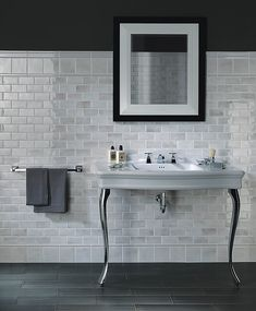 kleines Badezimmer wandfliesen grau weiß mosaik badewanne ... | {Badezimmer fliesen mosaik grau 96}