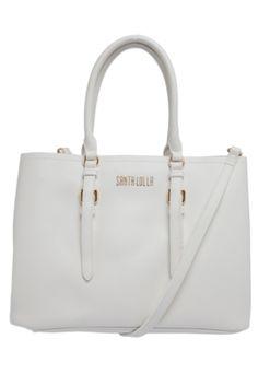 Bolsa Santa Lolla Risco Branco, possui textura, alças de mão e ombro ajustáveis, logo de metal na parte frontal e ajuste com botões na lateral.