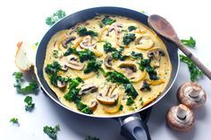 """Omelette"" vegan : chou kale, champignon et farine de pois chiche. A tester d'urgence ! Raw Food Recipes, Great Recipes, Vegetarian Recipes, Healthy Recipes, Healthy Dishes, Vegan Dishes, Healthy Snacks, Vegan Omelette, Plat Vegan"