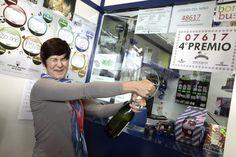La empleada de una gasolinera de La Laguna (Tenerife), abre una botella para celebrar que ha vendido por terminal el número 07.617, premiado con un cuarto premio. Más: http://www.rtve.es/loteria