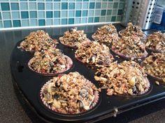 """""""Birdy Cupcakes"""" (by patisserieathome.nl )    Smelt in een grote pan 500gr hard frituurvet en meng ongeveer 800gr vogelvoer erdoor. Vul de cupcakepapiertjes voorzichtig. Laat stollen en voila! Doe er een touwtje in als het vet nog vloeibaar is en je kan ze ook ophangen"""