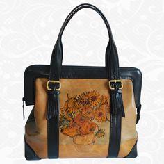 Originálna ručne maľovaná kožená kabelka. Existuje len jeden kus. Každý jeden kus ručne maľovaných výrobkov je umelecké dielo. Kabelka je neopakovateľný originál s nádhernou maľbou.  Motív: Vincent Van Gogh – Sunflowers