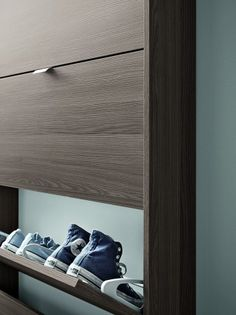 SPACE   Birex Mueble zapatero de diseño moderno, apto para la zona closet y vestibulos gracias a su profundidad mínima. Permite llenar hasta dos filas de zapatos por puerta, también de tallas grandes. En varios acabados maderas y laqueados y con puerta en espejo.