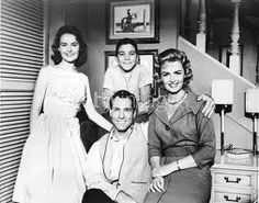 Portrait of the cast of the television series 'The Donna Reed Show' Shelley Fabares Paul Petersen Carl Betz and Donna Reed circa 1961 Paul Petersen, The Donna Reed Show, 1960s Tv Shows, Tv Moms, Top Tv Shows, All In The Family, Thing 1, Old Shows, Female Actresses