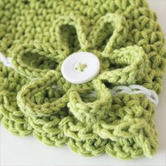 A free pattern for an easy to make flower that fits perfectly to a button!