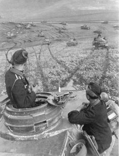 Fantastic shot of the commander & gunner in a panzer IV on the Russian steppes. Notice the flare gun on the right hand hatch lid.