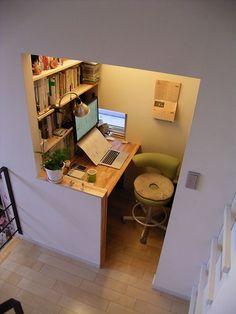 僕の書斎スペース、これで十分です。と言うか、この一角、素敵過ぎ。 自宅階段踊り場の仕事場 (by H & A)