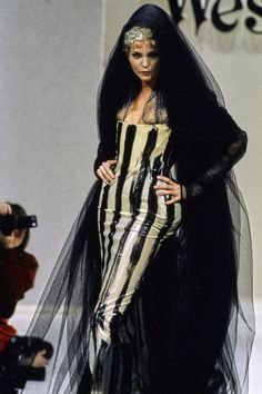Andreas Kronthaler for Vivienne Westwood Fall 1994 Ready-to-Wear Fashion Show Collection: See the complete Andreas Kronthaler for Vivienne Westwood Fall 1994 Ready-to-Wear collection. Look 74 Couture Fashion, Runway Fashion, Fashion Beauty, Timeless Fashion, High Fashion, Vintage Fashion, Street Fashion, Harajuku Girls, Fashion Show Collection
