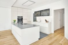 Diese edle Ewe Küche erstrahlt in der Farbe >Panna< mit hochglänzenden Oberflächen. Auf der Unterseite der Oberschränke befindet sich eine LED Leiste, die eine praktische Lichtquelle beim Kochen bildet. Passend zu den verglasten Oberschränken ist die Nischenrückwand ebenfalls aus Glas gewählt. Küchen Design, Home Decor, Cooking, Closet, Corning Glass, Colour, Decoration Home, Room Decor, Home Interior Design